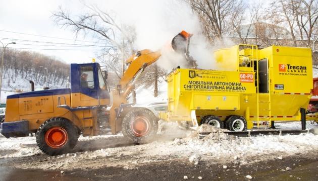 В Киеве показали первый запуск мобильной снегоплавильной установки