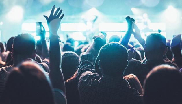 Влада Британії запрошує тисячі людей на «пілотний» концерт без масок