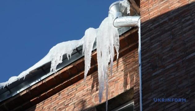 Что делать, чтобы не стать жертвами ледяных глыб с крыш домов