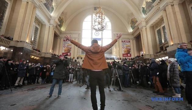 """На столичному вокзалі 200 хористів заспівали """"Щедрика"""""""