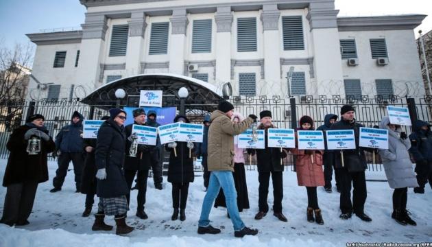 Під посольством РФ у Києві зі світильниками