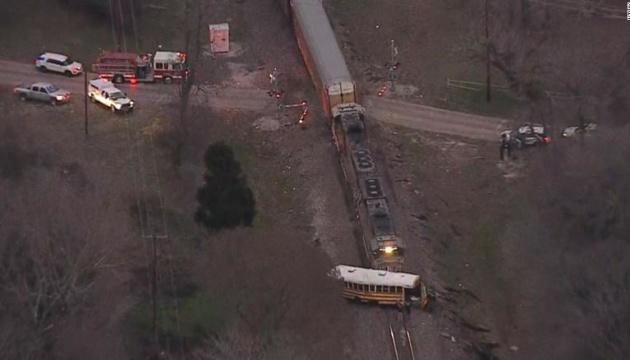 У США потяг протаранив шкільний автобус: є загиблий
