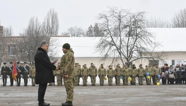 Армія має все необхідне для виконання бойових завдань - Порошенко