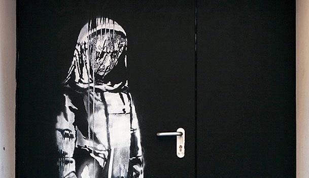У Парижі вкрали картину Бенксі, намальовану на дверях