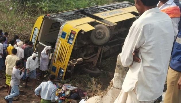 В Індії перекинувся автобус з 50 школярами
