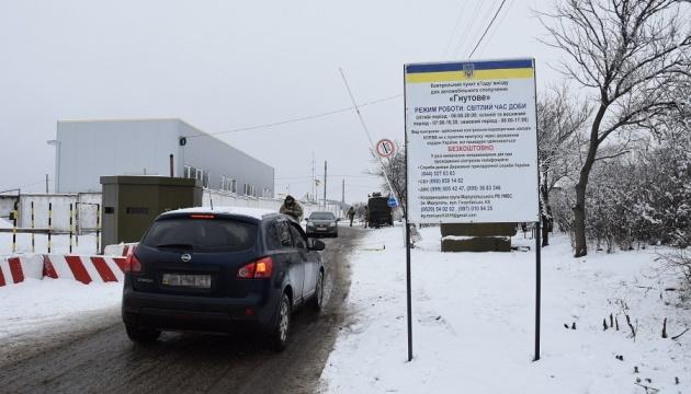 Снігопад ускладнює перетин лінії розмежування на Донбасі