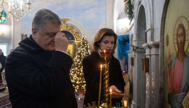 Президент возложил цветы к Памятному Кресту Героям Крут