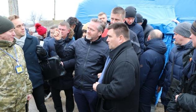 ウクライナ、デンマーク、チェコの3外相、ウクライナ東部の検問地点を視察