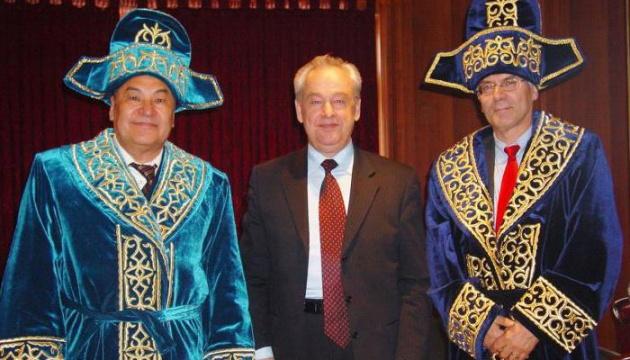 Президент Казахстана призывает госслужащих носить отечественные костюмы