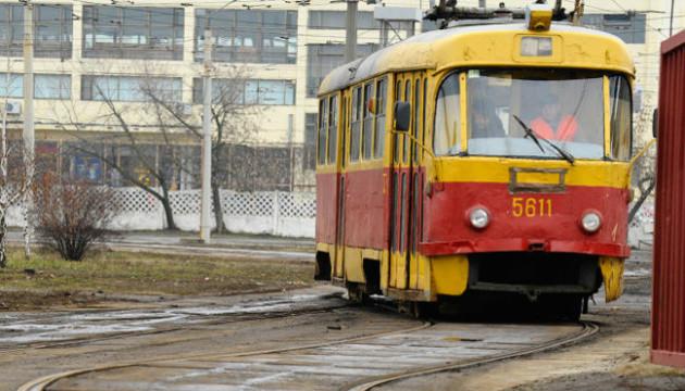 У Києві пасажири перенесли джип, який заблокував дорогу трамваю