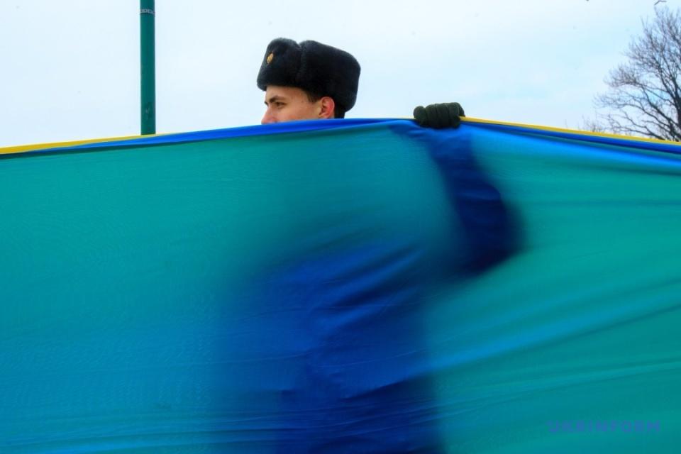 В Ужгороді розгорнули 100-метровий прапор з нагоди відзначення Дня Соборності України / Фото Сергія Гудака