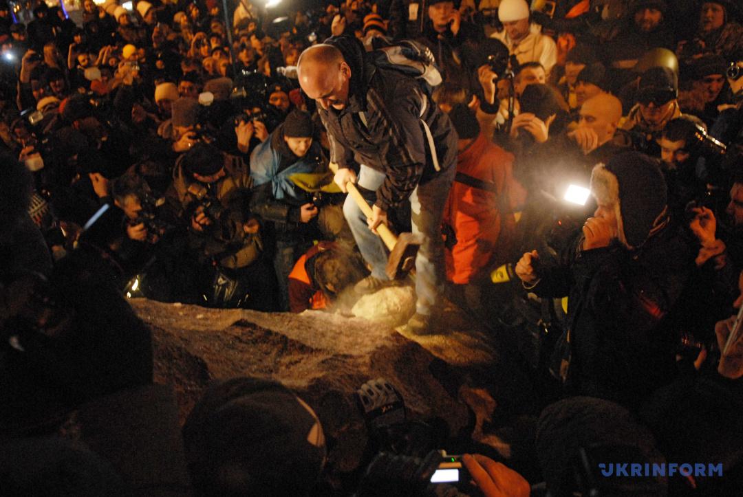 Повалений пам'ятник Леніну на бульварі Шевченка