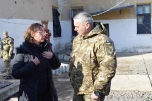 Serhiy Nayev a montré à l'Ambassadrice de France comment la Russie testait ses dernières armes dans le Donbass