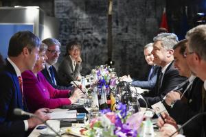El presidente de Ucrania mantiene conversaciones con la canciller de Alemania