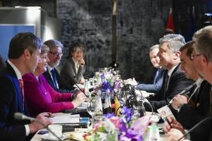 """Порошенко скоординировал с Меркель введение """"азовских санкций"""""""
