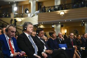 """Порошенко: Проект """"азовских"""" санкций против России составляет 124 страницы"""