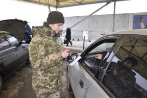 В пунктах пропуска на Донбассе в очередях стоят 355 авто