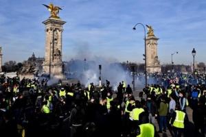 """Тысячи """"желтых жилетов"""" вновь вышли на улицы Франции"""