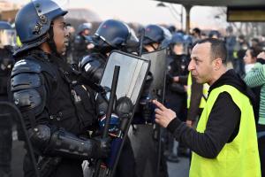 """В Париже во время протеста """"желтых жилетов"""" задержали более 120 человек"""