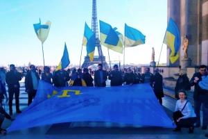 """""""Объединенные флагом"""": в центре Парижа поддержали крымских татар и пленных моряков"""