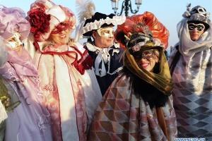 Венецию заполонили люди в масках