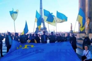 «Réunis par le drapeau»: Une action de soutien aux Tatars de Crimée et marins ukrainiens s'est déroulée à Paris (photos, vidéo)
