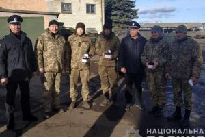 На Донетчине наградили бойцов ВСУ, спасших жизнь полицейским