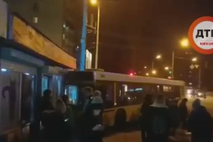 Автобус з пасажирами протаранив зоомагазин на Борщагівці