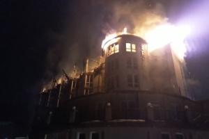 На Львівщині вночі горів готель: гасили шість годин