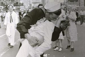 "Умер ""целующийся моряк"" из культового фото"