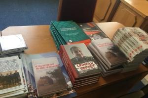 В Раду передали англоязычные книги для выставки о российской агрессии