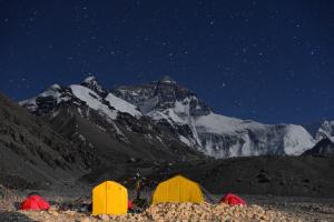 Китай закрыл для туристов базовый лагерь на Эвересте из-за мусора