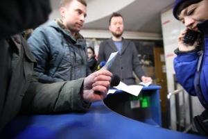 В Харькове блокировали турникеты, требуя проезд в метро по старому тарифу