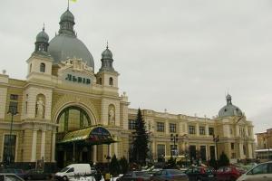 """Во Львове из-за """"минирования"""" двух вокзалов и заправки эвакуировали 700 человек"""