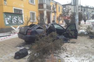 В Киеве иномарка въехала в электроопору на остановке, есть жертвы