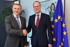 Bubka y Navracsics discuten la posibilidad de integración del CON en programas de la UE