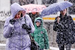 Активный циклон несет в Украину мокрый снег и сильный ветер