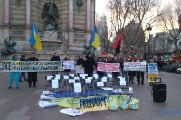 À Paris, des activistes ont exigé que la Russie libére les prisonniers politiques ukrainiens