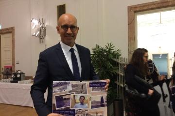 Un calendrier avec des dessins de Souchtchenko offert au représentant de l'OSCE pour la liberté des médias
