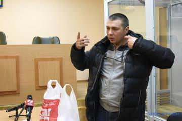 Le policier accusé d'avoir frappé un activiste est libéré sous caution