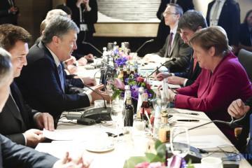 Porochenko et Merkel discutent des moyens de contrer l'agression russe contre l'Ukraine