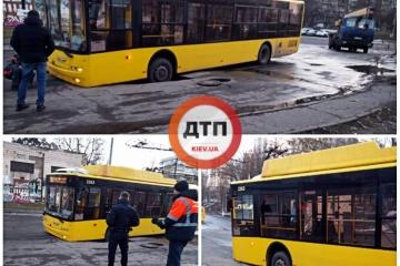 В Киеве троллейбус провалился в яму на дороге