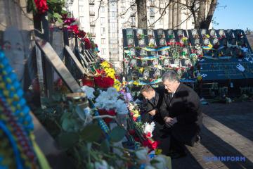 Poroschenko und Tusk ehren Helden der Himmlischen Hundertschaft - Foto