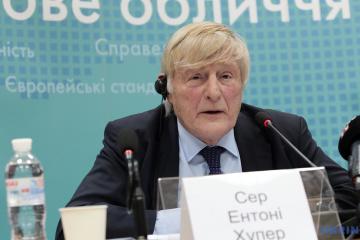 Sir Anthony Hooper, président du Conseil public des experts internationaux
