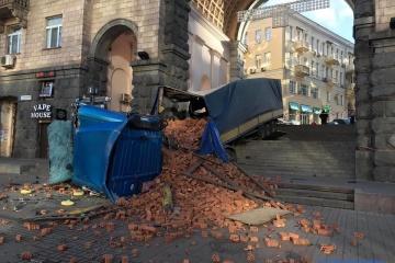 Kyjiw: Lastwagen mit Ziegeln auf Chreschtschatyk umgekippt – Fotos