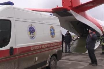 Ostukraine: Flugzeug bringt ins Komma gefallenes Mädchen nach Kyjiw – Video