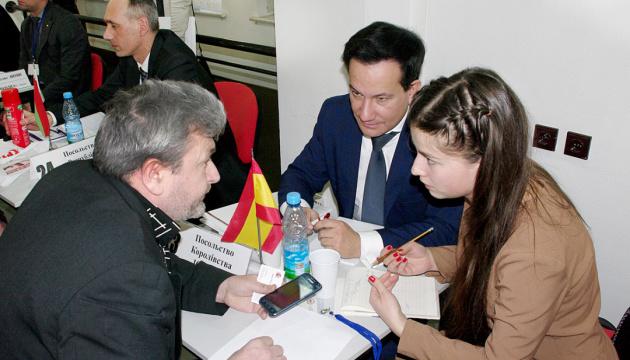 Empresarios ucranianos presentan proyectos a diplomáticos en un foro de Kyiv (Fotos, Vídeo)