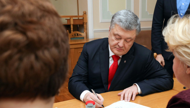 Poroshenko submits documents to register as presidential candidate
