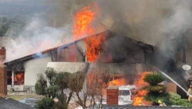 У США літак впав на житлові будинки, є жертви