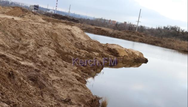 В Крыму оккупанты разрушили часть дамбы хранилища токсичных отходов - все идет в море